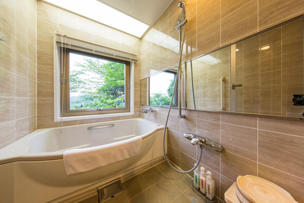 バスルームが驚きの広さ。大浴場と露天風呂もあるのに